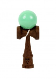 kendama_krom_deluxe_walnut_rubber_mint_face